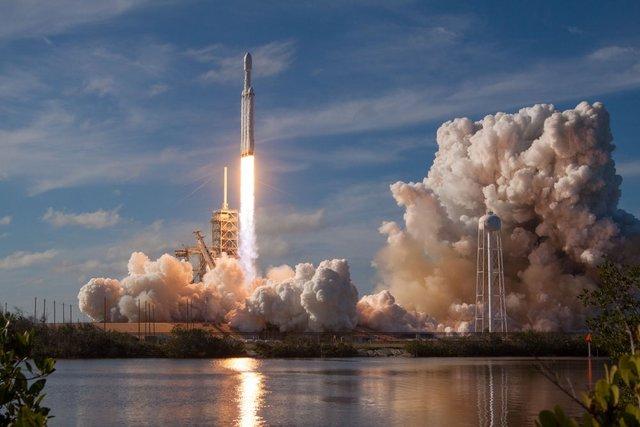 پرتاب تسلا رودستر به فضا