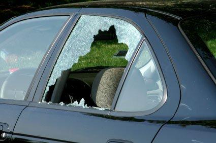 شکستن شیشه خودرو
