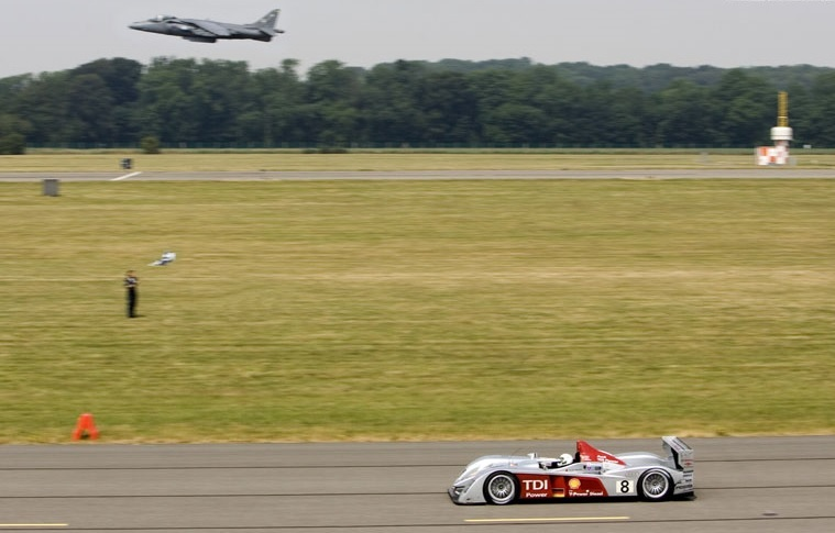 Audi R10 در مقابل Harrier Jump