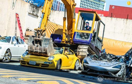 عملیات نابودسازی خودروهای لوکس قاچاق در فیلیپین